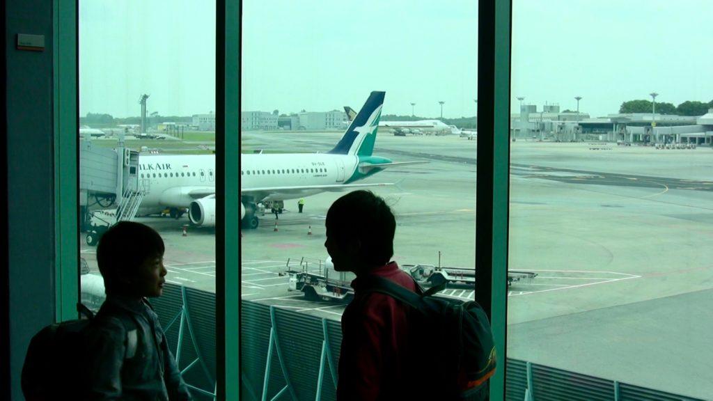 チャンギ空港の出発ロビーから見えるシルクエアーの飛行機