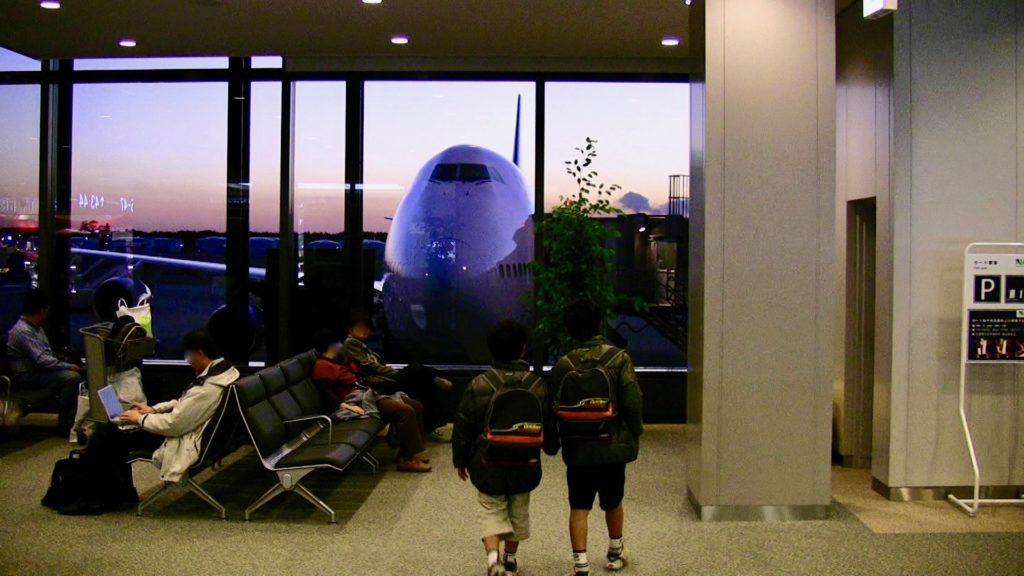 シンガポール航空の飛行機を見る子供達
