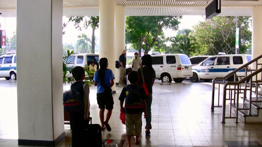 サム・ラトゥランギ国際空港の到着ロビー