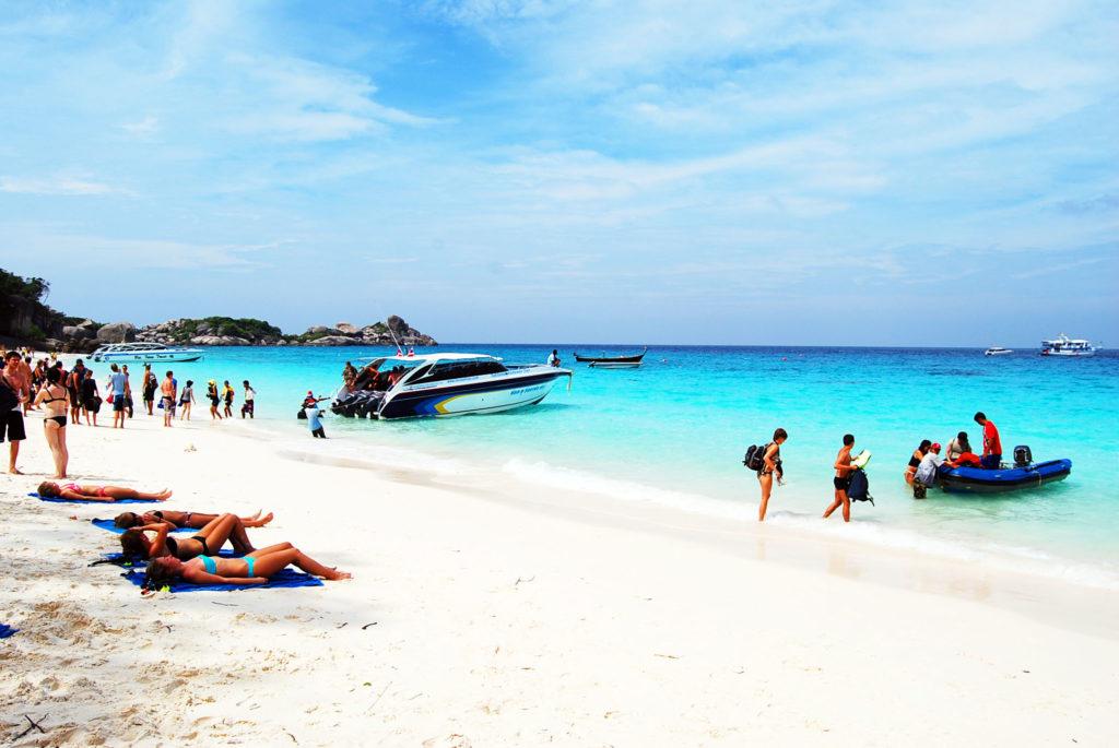 白い砂浜のビーチに停泊するボート