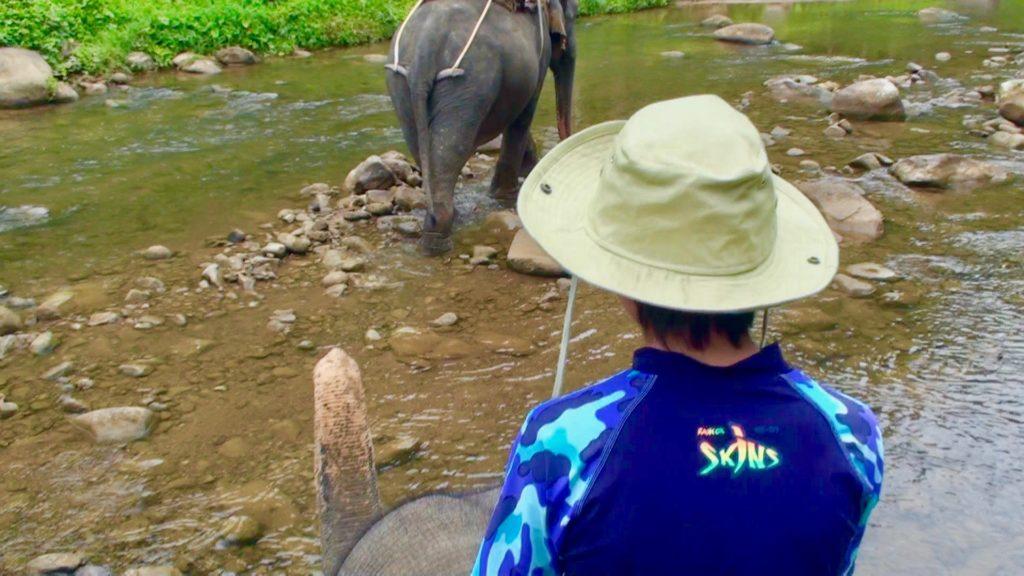 象の首にまたがる長男