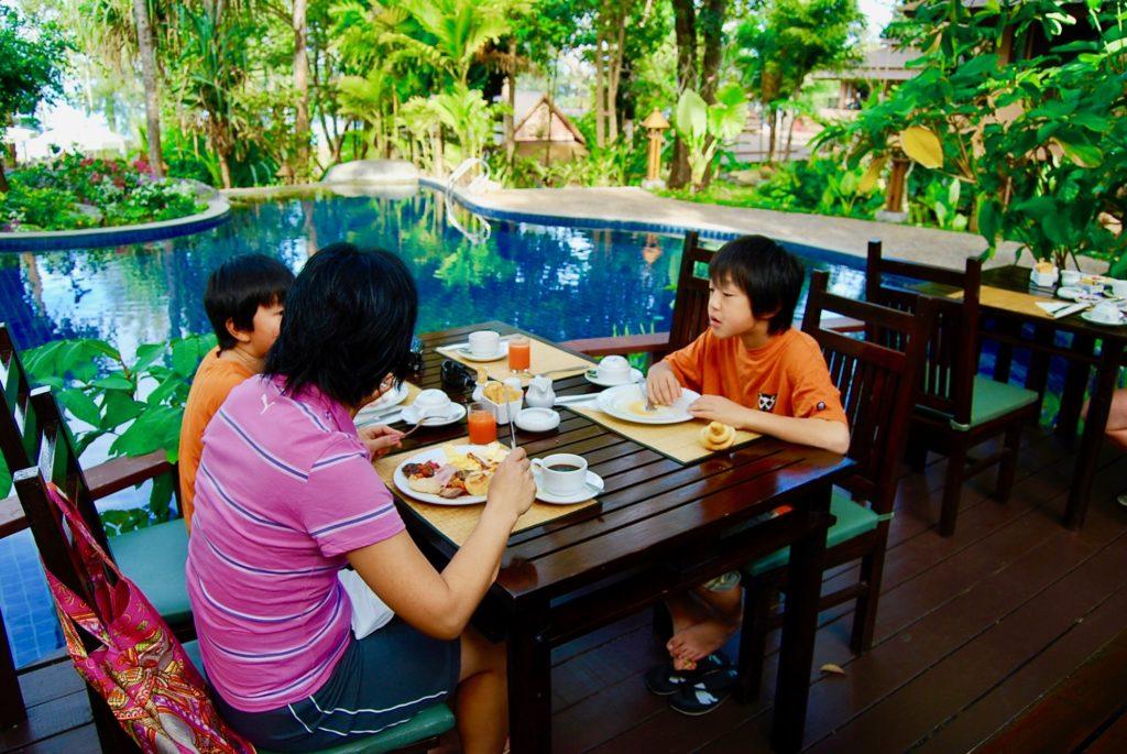 テラス席で朝食を食べるママと子供たち