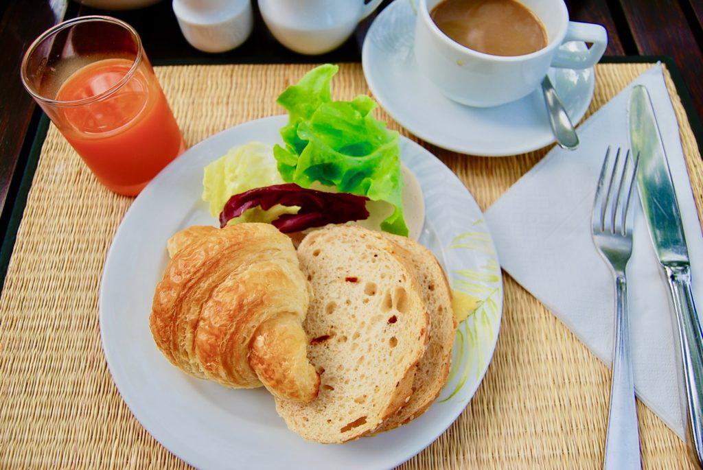 パンとサラダとコーヒー、トマトジュース