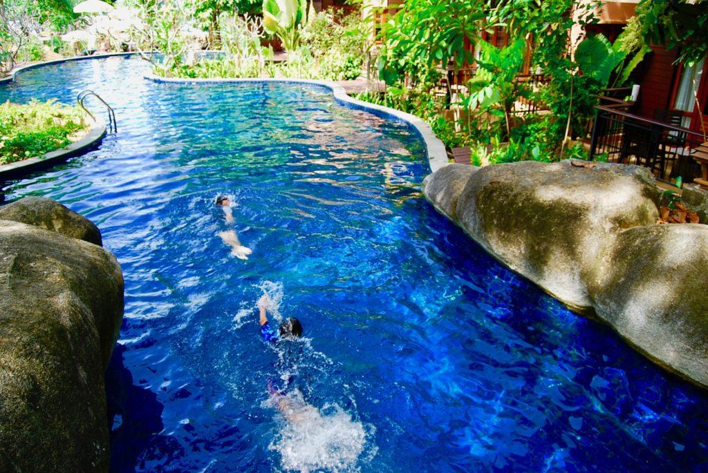 メルリンリゾートのプールで遊ぶ子供たち