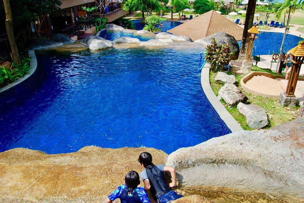 カオラックのリゾートホテルでプール遊びをする子供達