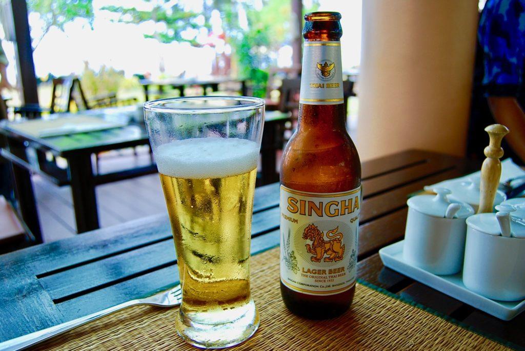 グラスに注がれたシンガービール