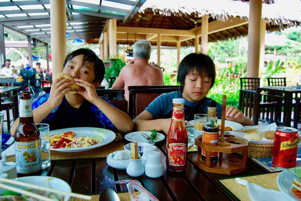 ビーチサイドレストランで食事をする子供達