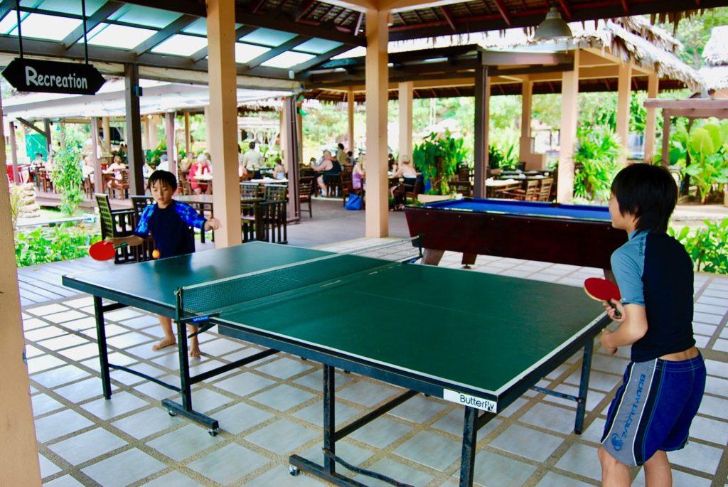 卓球で遊ぶ子供たち