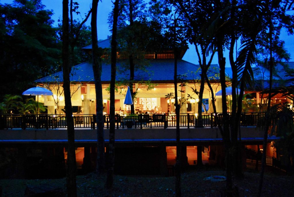 夕闇に浮かぶレストラン