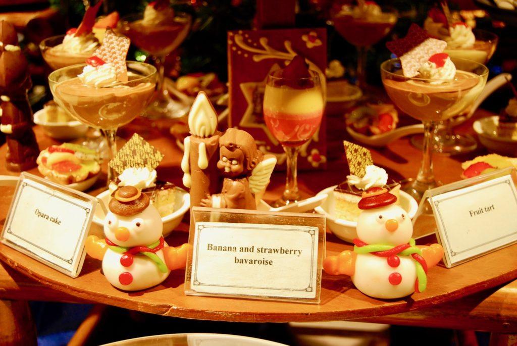 テーブルに飾られたクリスマスデコレーションとスイーツ