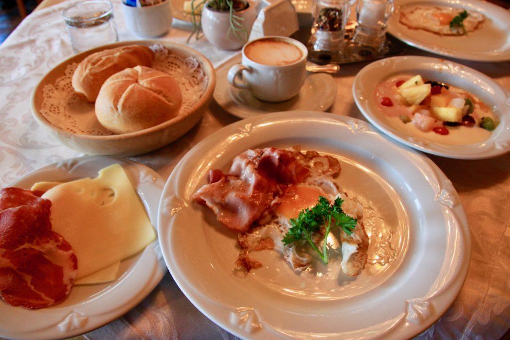 ベーコンエッグにパン、チーズ、ハムの朝食