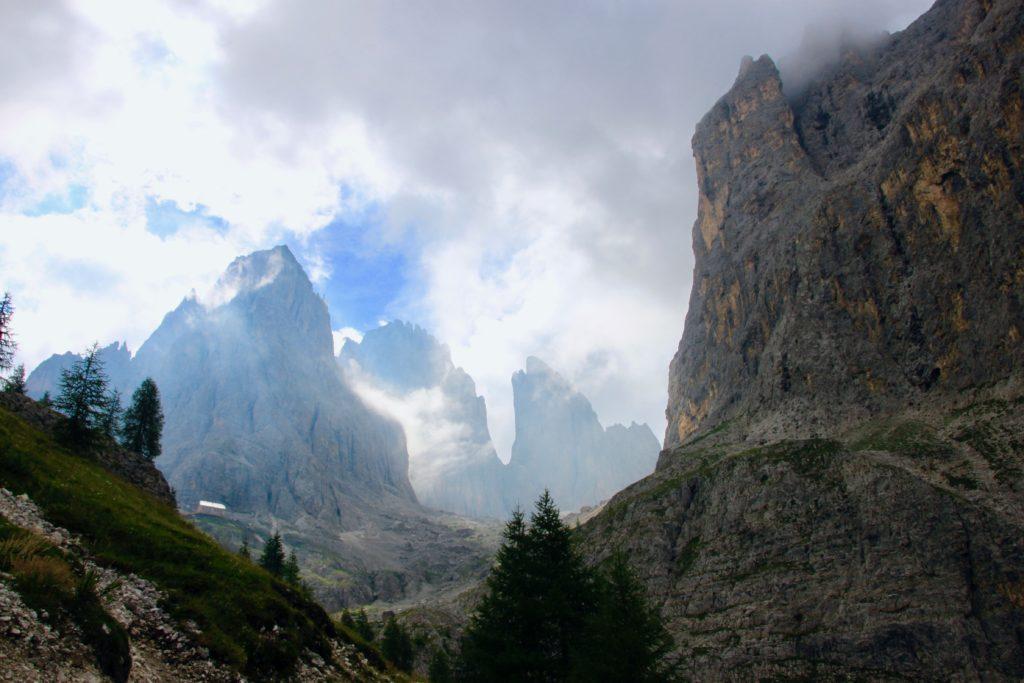 2つの峰の割れ目の中にVicenza小屋が見える