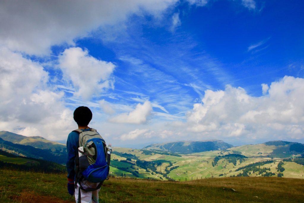 高原の景色を眺める次男