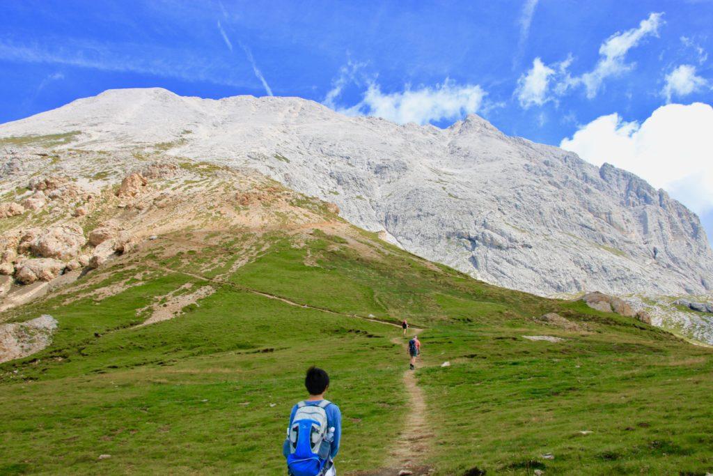 サッソピアットの頂上を見上げる次男