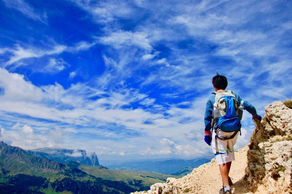 ドロミテのサッソルンゴ西麓をトレッキングをする次男