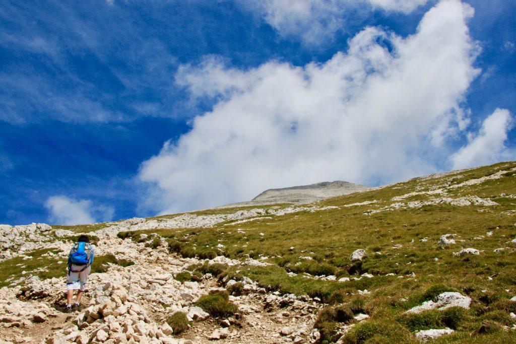 足元に岩が転がっている登山コース