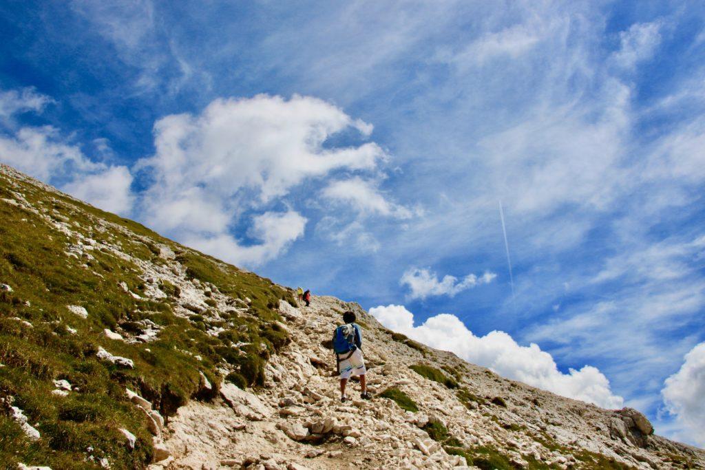 岩が多いコースを登る次男