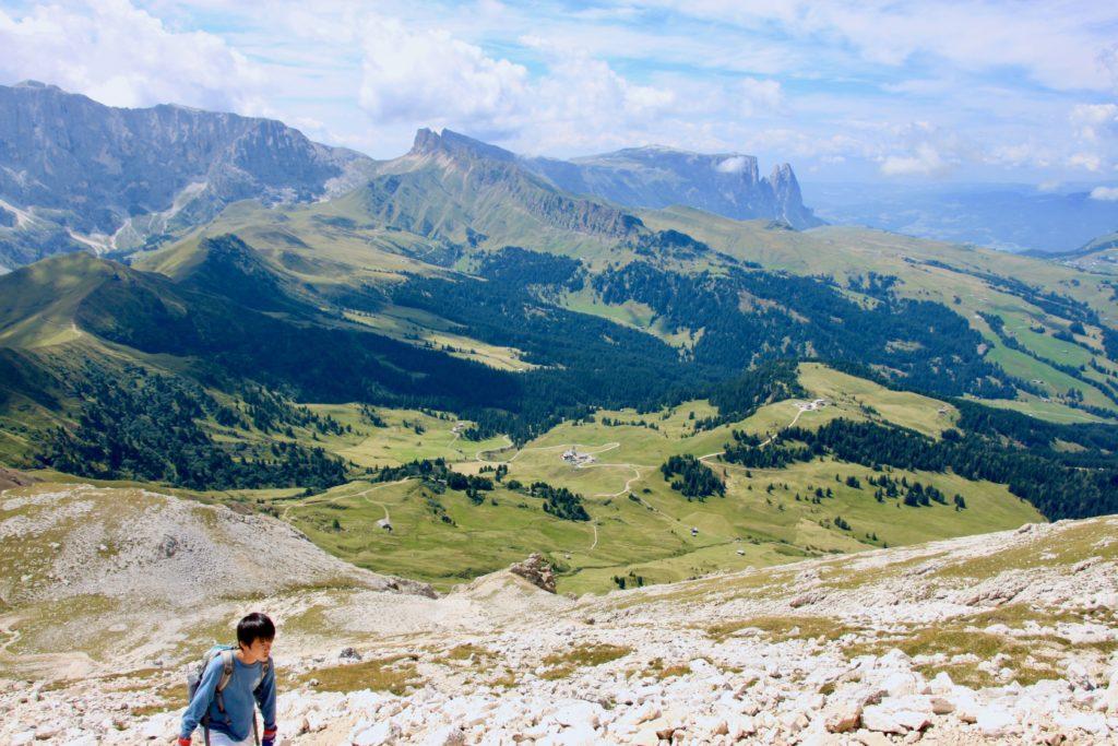 シウジ高原の景観を背景にひたすら登る次男