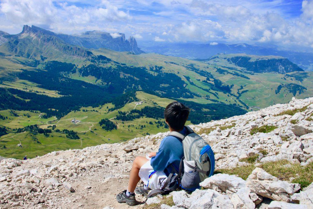 斜面に座ってシウジ高原を眺めながら休憩する