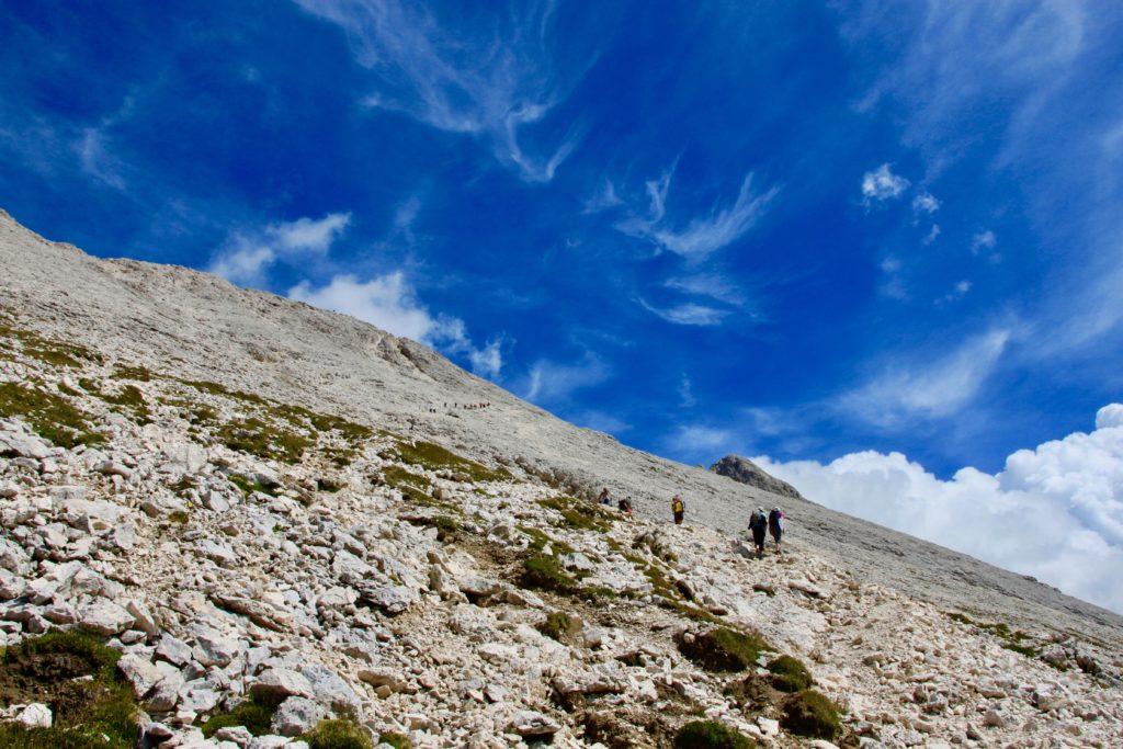 ずっと上の方まで続く登山客の列