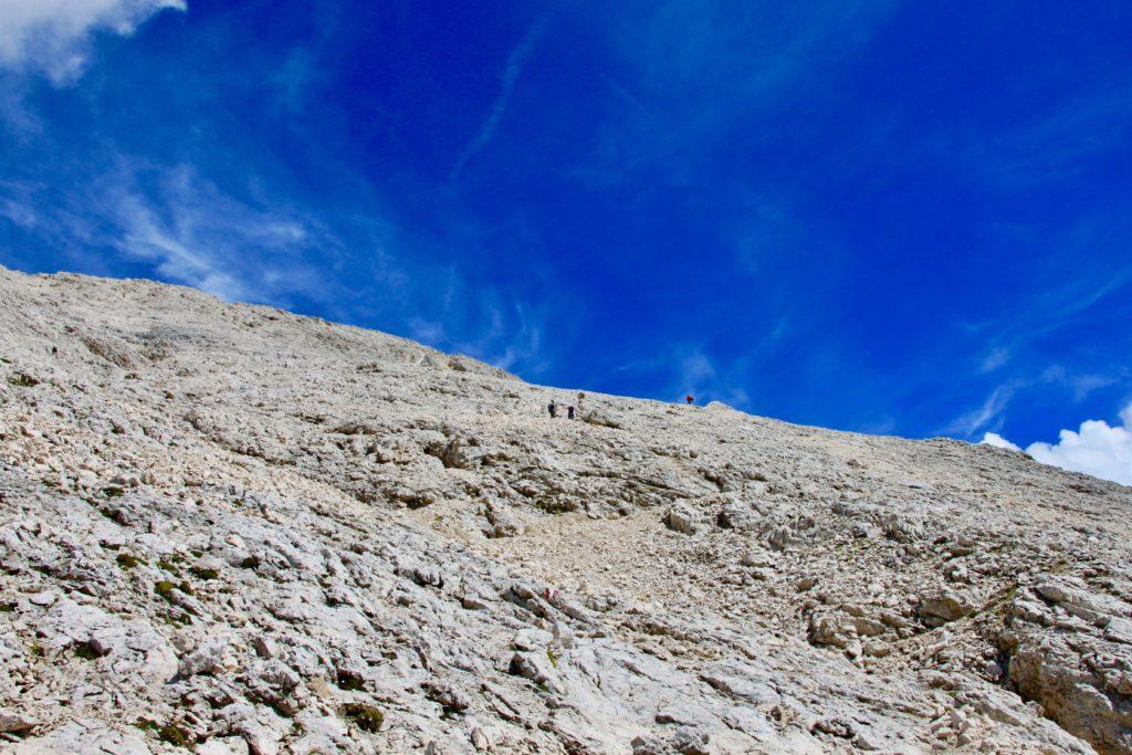 白い岩肌に登山客が小さく見える