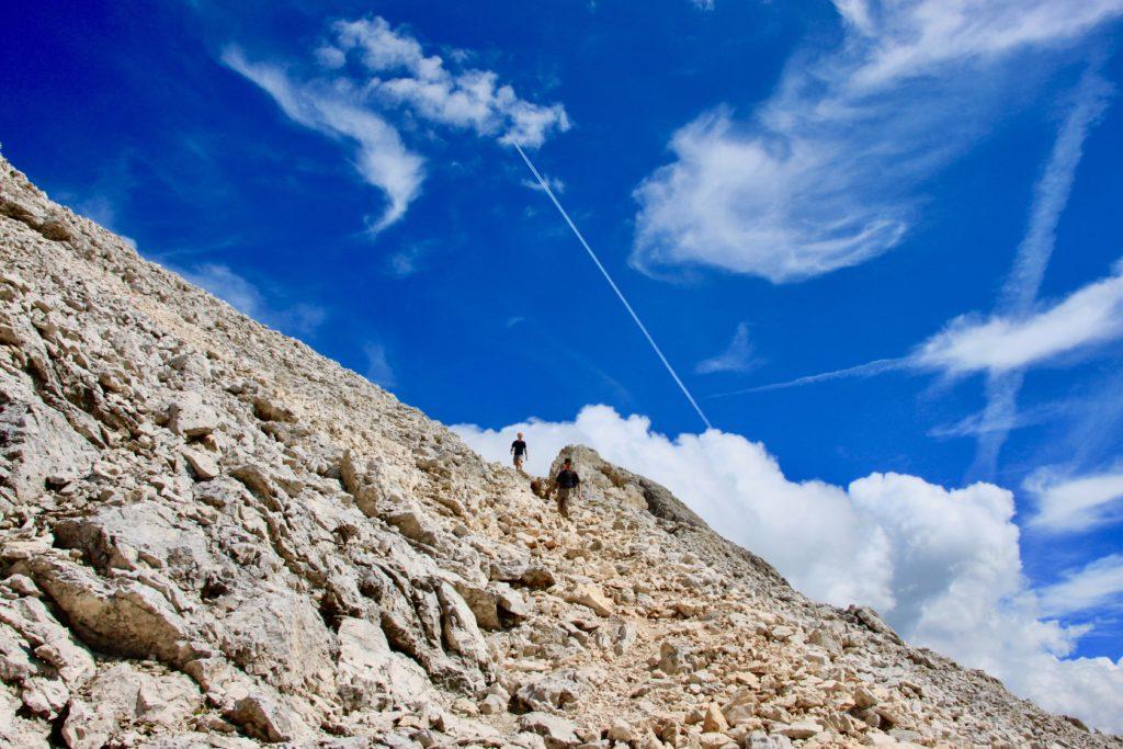 頂上から降りてくる登山者