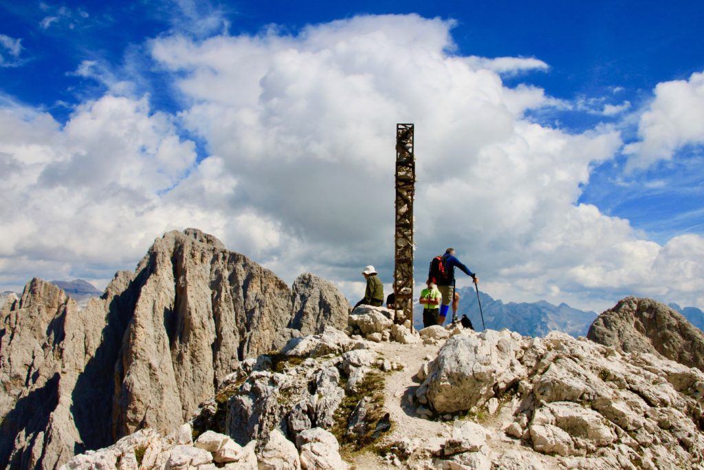 サッソピアット山頂で休憩する登山客