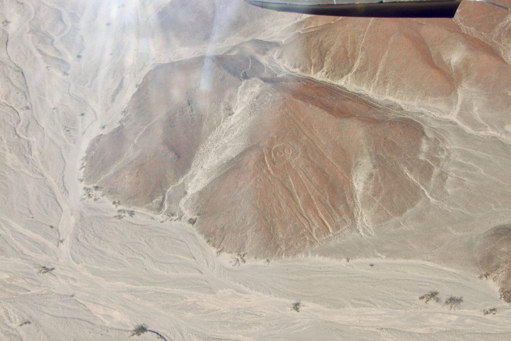 赤い岩肌に描かれた宇宙人の地上絵