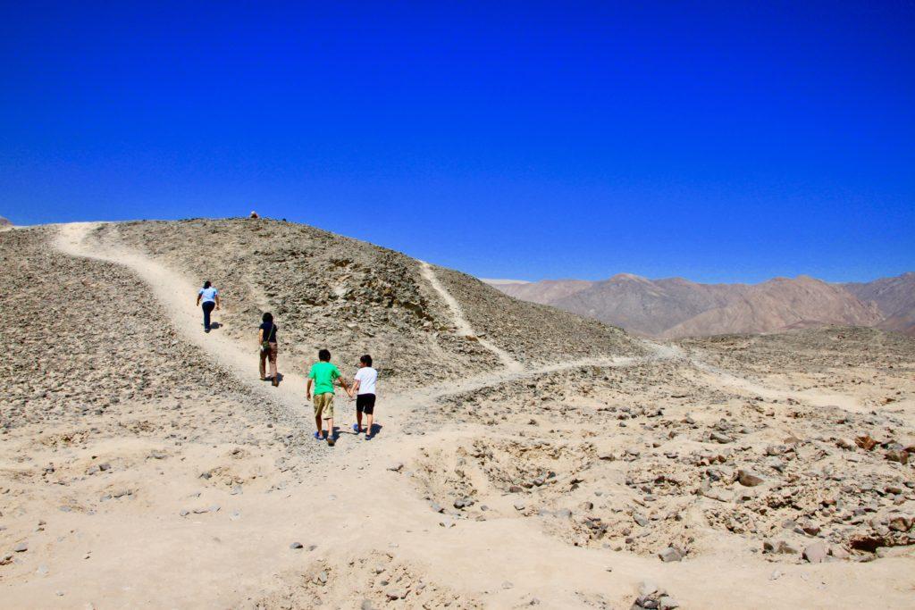 エルテラール遺跡の駐車場から丘に登る