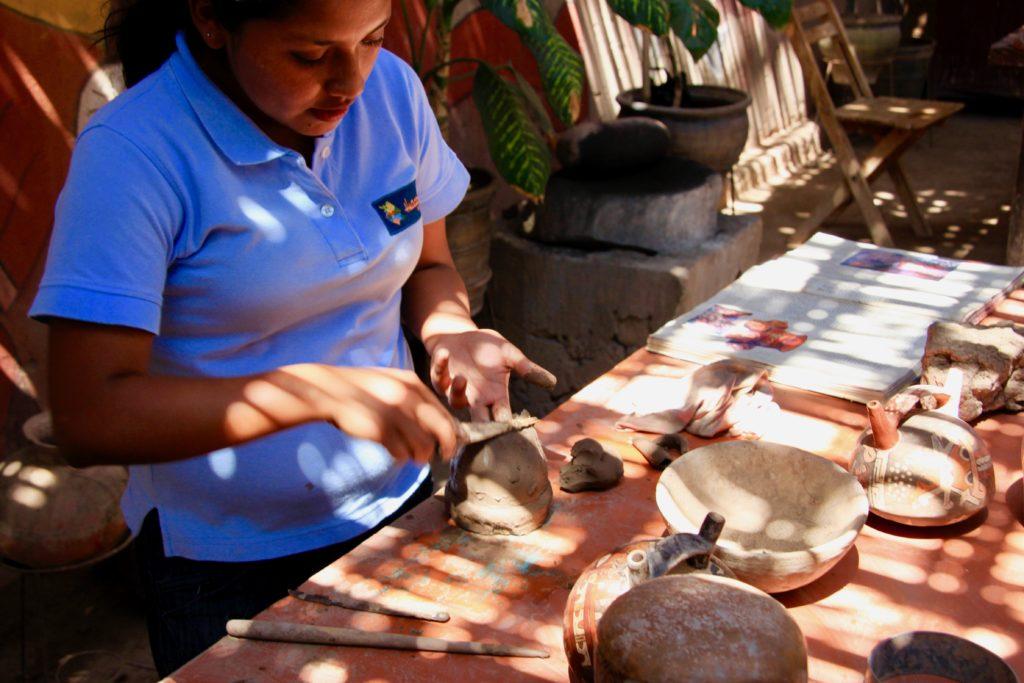 陶器の作り方を説明するロサさん