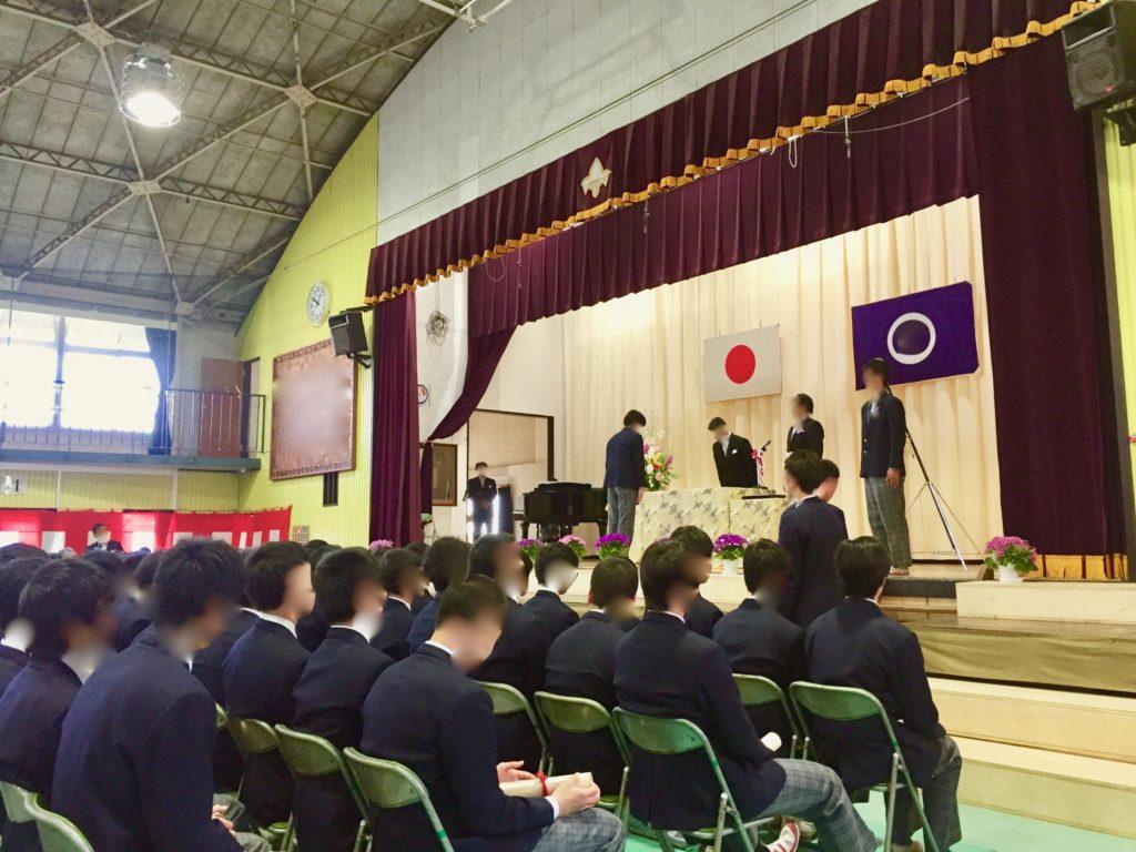 中学校の卒業式でお辞儀をする校長と生徒