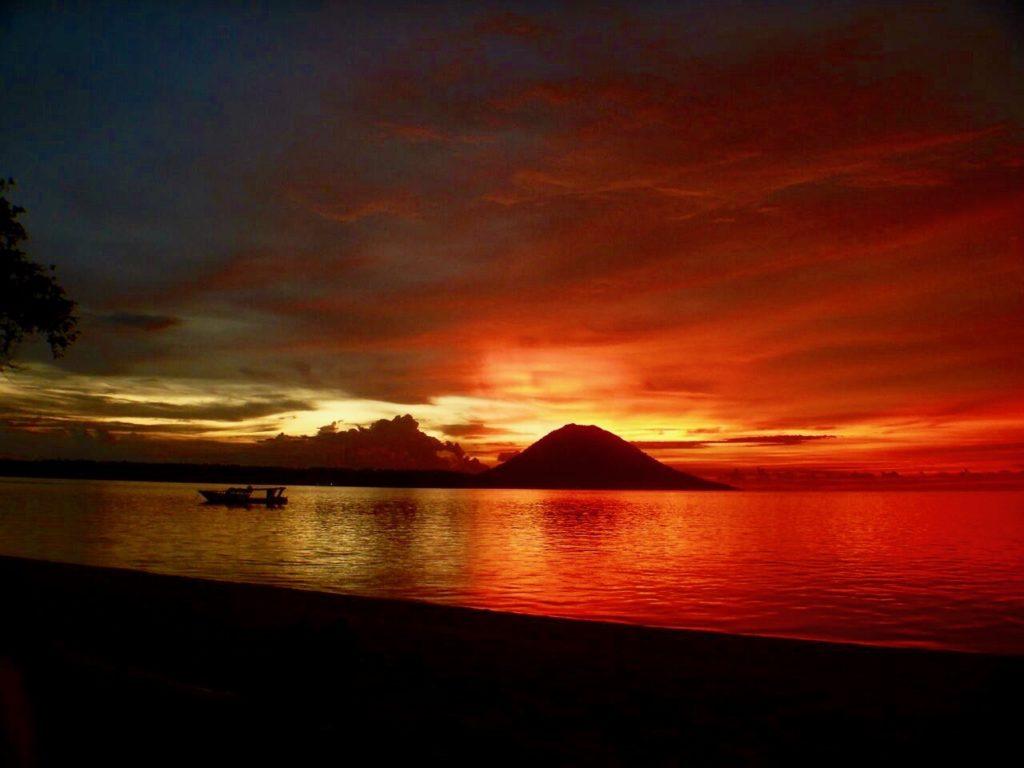 シラデン島から見るブナケン海洋国立公園の夕日