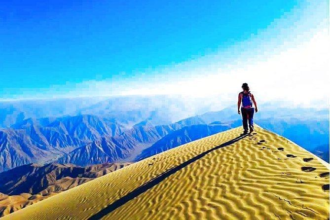 セロブランコの頂上を歩く人