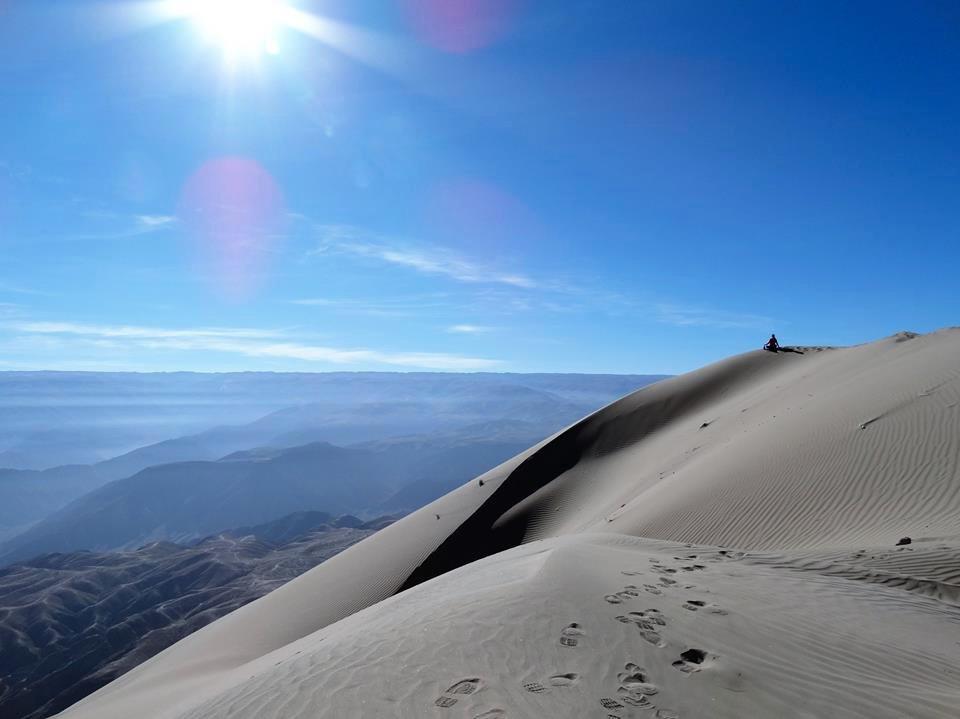 セロブランコの頂上で砂に座って瞑想をする人