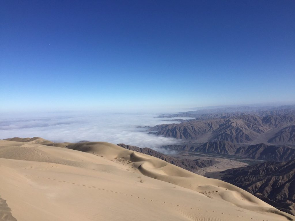 頂上から見えるナスカ平原にかかる雲海