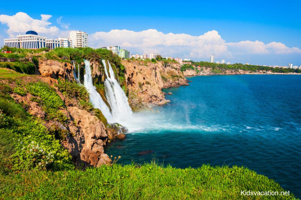 海に流れ落ちるデューデンの滝とアンタルヤ の街