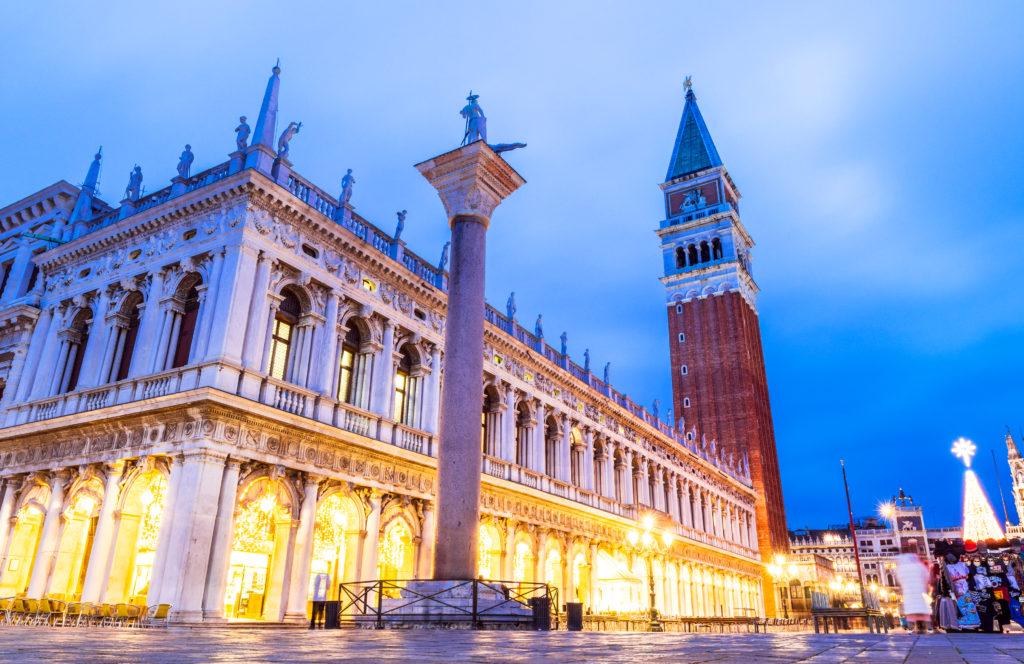 ベネチア鐘楼と国立マルチャーナ図書館