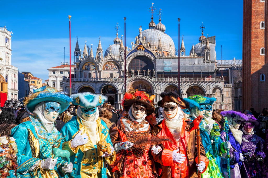 サン・マルコ寺院と仮装した観光客