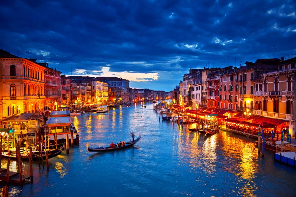 ゴンドラが浮かぶ大運河の夜景