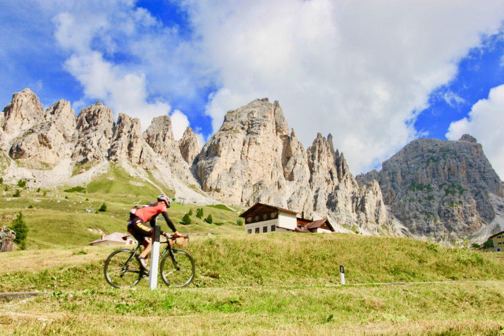 シルシュピツェンを見ながら峠を越えるサイクリスト