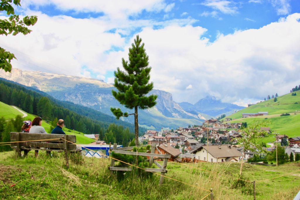 ベンチに座って景色を眺める人