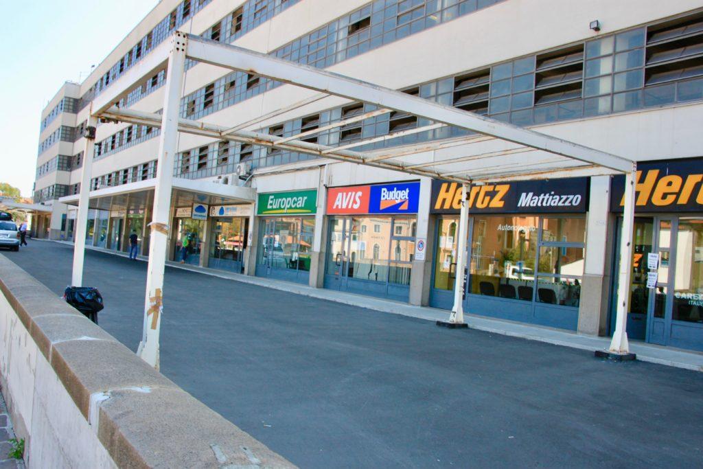レンタカー会社のオフィスが並ぶローマ広場のビル