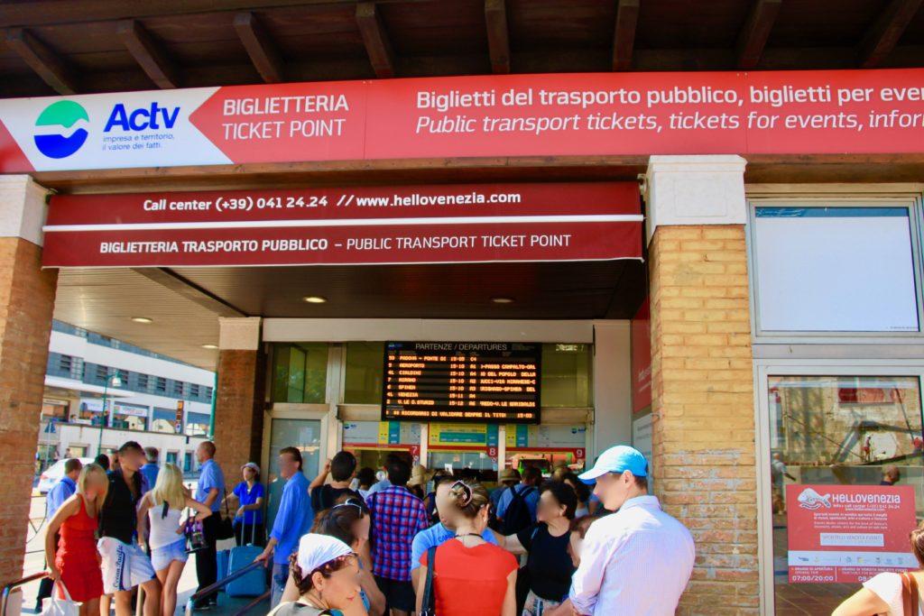 ローマ広場にあるACTV社の乗車チケット販売所