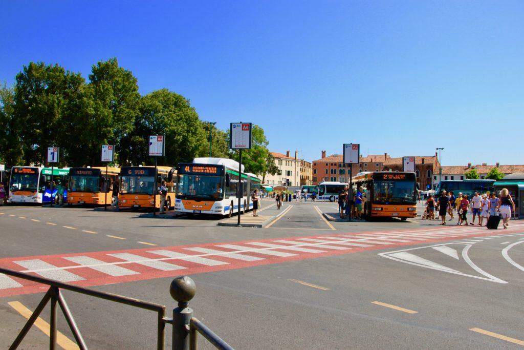 ローマ広場のバスターミナル