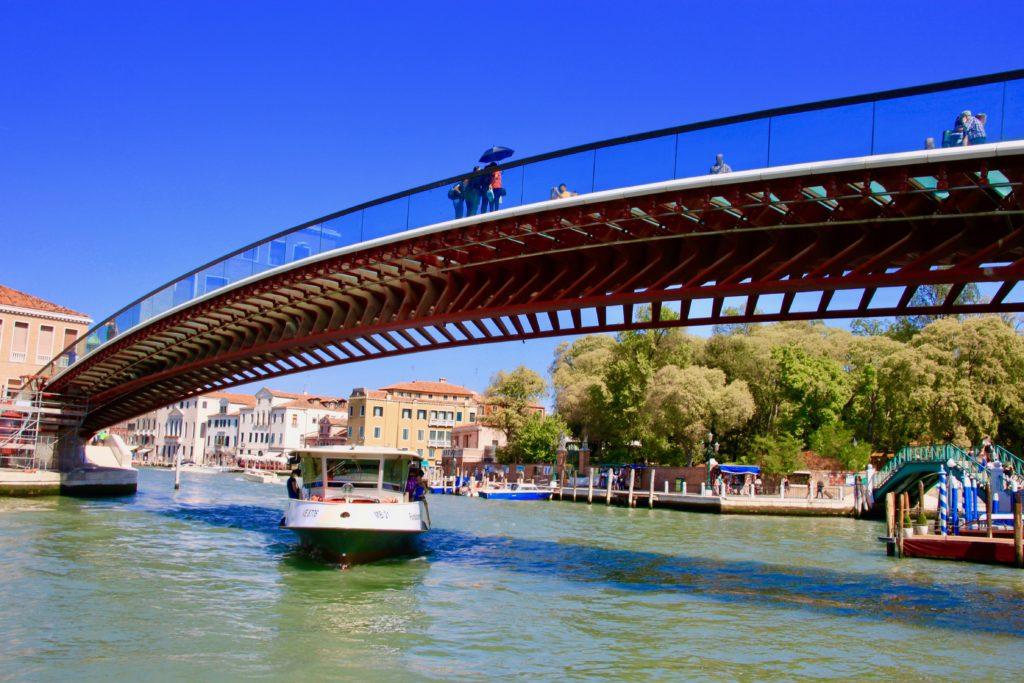 コスティトゥツィオーネ橋をくぐって大運河方面からやって来たヴァポレット