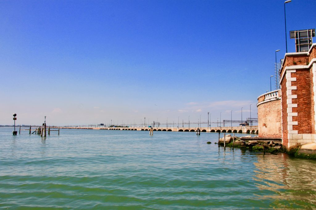 イタリア本土とベネチア島をつなぐリベルタ橋