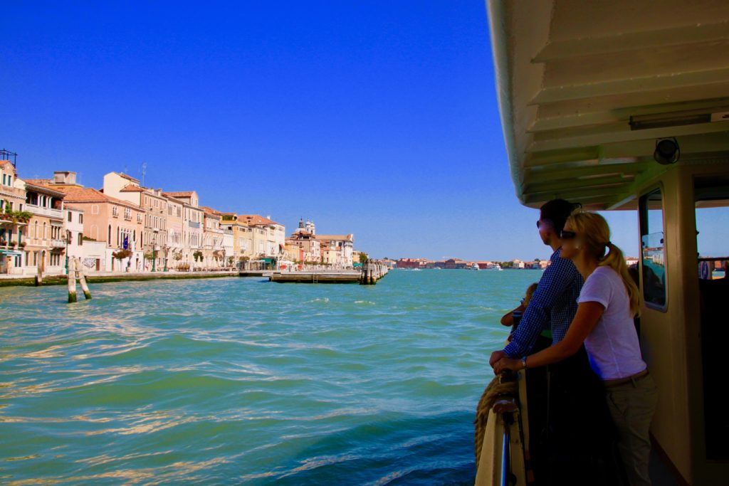 ジュデッカ運河を眺める乗客