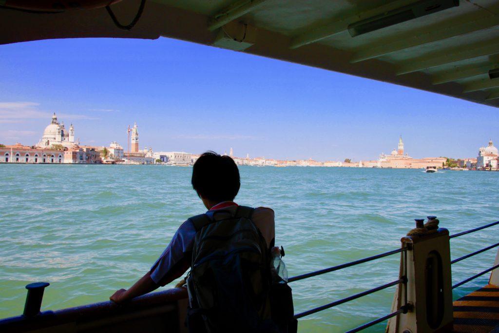 ジュデッカ運河を眺める次男