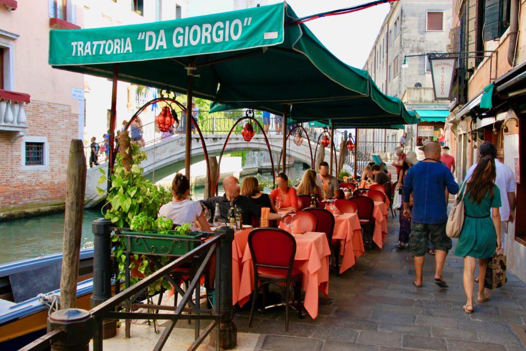 運河そいのテラスレストラン