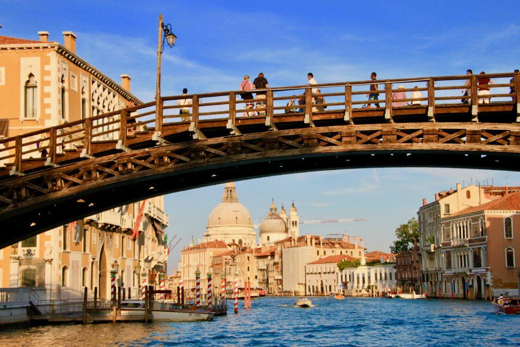 大運河から見上げるアカデミア橋